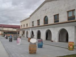"""La Bodega Emina acoge la exposición """"Artistas…a las barricas"""""""